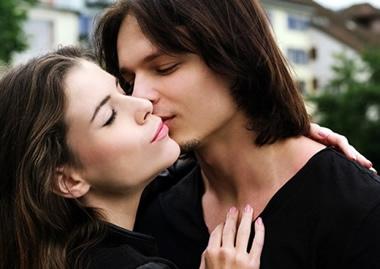 女性が絶賛!キスが上手い男性の特徴20個とは?