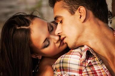 友達以上恋人未満の男性からキスされた!その深層心理15個とは?
