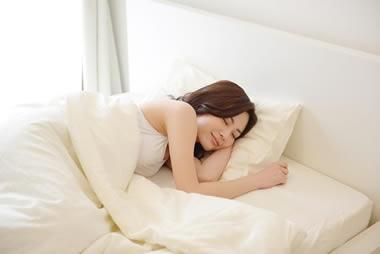 彼女の寝顔を見てつい可愛がってしまいたくなる行動20選